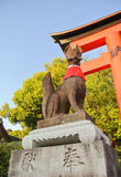 Sculpture en Fox au tombeau de Fushimi-Inari, Kyoto, Japon photographie stock