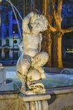 Sculpture en garçon à la fontaine, place de Matriz, Montevideo, Uruguay photo stock