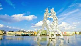 Sculpture en homme de molécule sur la rivière de fête à Berlin, Allemagne banque de vidéos