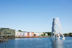Sculpture en homme de molécule sur la rivière de fête Images libres de droits