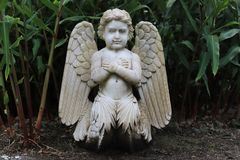 Sculpture en jardin Sculpture d'un ange photo stock