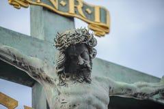 Sculpture en Jesus Christ sur le crucifix croisé Images stock