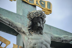 Sculpture en Jesus Christ sur le crucifix croisé Images stock