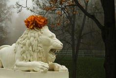 Sculpture en lion avec la guirlande image stock
