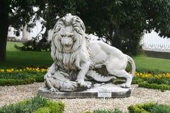 Sculpture en lion dans le jardin du palais de dolmabahce Photos libres de droits