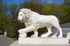 Sculpture en lion devant le palais Yelaginsky Image stock