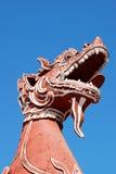 Sculpture en lion devant Phra ce Hariphunchai Worramahawihan Photos stock