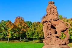 Sculpture en lion en parc automnal de château de Phillipsruhe dans Hanau, Allemagne Image stock