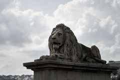 Sculpture en lion sur l'ensemble image stock