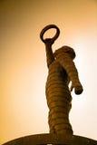 Sculpture en métal de l'homme tenant l'anneau Photographie stock