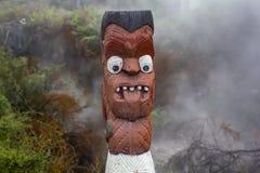 Sculpture en Maori Wood Carving avec la langue  Image stock