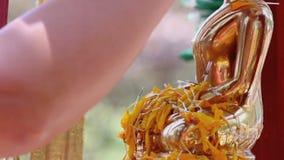 Sculpture en moine de douche dans le festival de Songkran banque de vidéos