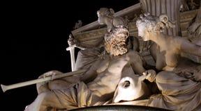 Sculpture en Nightshot d'un homme un femme Image libre de droits