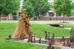 Sculpture en pêche de garçon et de chien à l'étang de thêta Image libre de droits