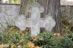 Sculpture en pierre en cimetière, croix de conciliation photos libres de droits