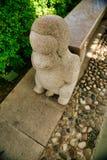 Sculpture en pierre d'un peu de singe sur les escaliers en parc de Nanshan Sanya, Hainan photo stock