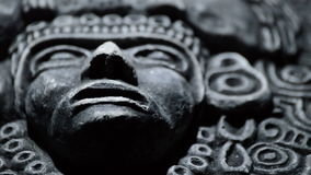 Sculpture en pierre de visage d'Aztèque sud-américain d'art antique, Inca, olmeca clips vidéos