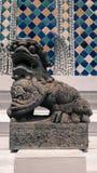 Sculpture en pierre en style de chiness de lion et architecture thaïlandaise d'art Photo libre de droits