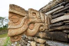 Sculpture en pierre en tête de dragon sur la pyramide maya Photographie stock libre de droits