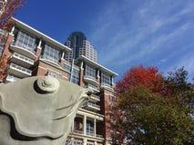 Sculpture en pierre intéressante des poissons en parc du centre au char Image libre de droits