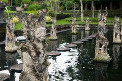 Sculpture en pierre sur la porte d'entrée du temple dans Bali Photos stock
