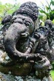 Sculpture en pierre en vieille forme même d'éléphant couverte de la mousse et de lichens dans Bali, Indonésie image libre de droits
