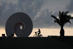 Sculpture en rue sur le boulevard de bord de la mer de Batumi contre le contexte du coucher du soleil photo libre de droits