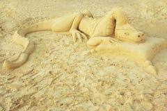 Sculpture en sable de dragon sur une plage photos stock
