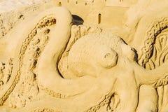 Sculpture en sable de poulpe sur la station balnéaire de Peniscola à la mer Méditerranée Images libres de droits