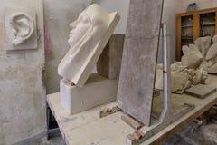 Sculpture en studio d'artiste sur une table de travail Photos libres de droits