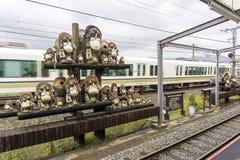 Sculpture en Tanuki à la station de Kameoka Torokko à Kyoto, Japon Images libres de droits