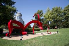Sculpture et bâtiments modernes en Hall Park Image libre de droits
