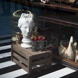 Sculpture et cage pour l'oiseau, panier avec de fausses fraises au Th Photo stock