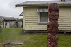 Sculpture et maisons en Maori Wood Carving sur le fond Photos stock