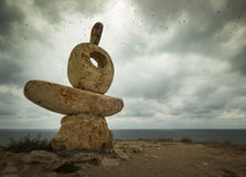 Sculpture et x22 ; Thinker& x22 ; sur le bord de mer Photo stock