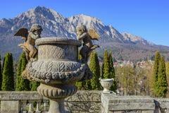 Sculpture extérieure dans le jardin du château de Cantacuzino image stock