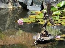 Sculpture féerique en jardin Images stock
