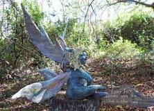 Sculpture féerique reposant sur un identifiez-vous le jardin Image libre de droits