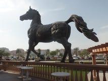 Sculpture géante en cheval en dehors du Kempinski Marsa Malaz au Qatar photographie stock