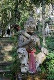 Sculpture géante en pierre gardant le temple Images libres de droits