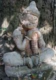 Sculpture géante en sommeil en pierre gardant le temple Photos libres de droits