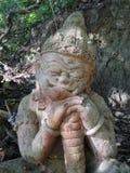 Sculpture géante en sommeil en pierre gardant le temple Images libres de droits
