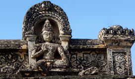 Sculpture indoue en pierre de vishnu d'un dieu sur le mur du temple de 200 ans Photographie stock