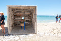 Sculpture interactive en bois rustique en visionnement d'océan Photos libres de droits