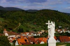 Sculpture majestueuse en Jesus Christ au-dessus de peu de village français Images stock