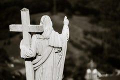 Sculpture majestueuse en Jesus Christ au-dessus de peu de village français Photographie stock