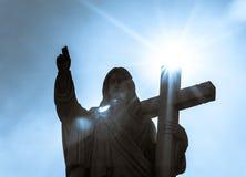 Sculpture majestueuse en Jesus Christ au-dessus de peu de village français Photo libre de droits