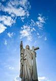 Sculpture majestueuse en Jesus Christ au-dessus de peu de village français Image libre de droits