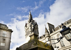 Sculpture of Mannie and Townhouse Tower Clock. Mannie (18th century famous figure) on the top of Castlegate Well and Tower clock in the background, Aberdeen Stock Photo