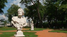 Sculpture masculine antique dans le jardin d'été pendant l'été Photo stock